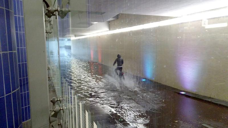 Fietstunnel station Hilversum onder water