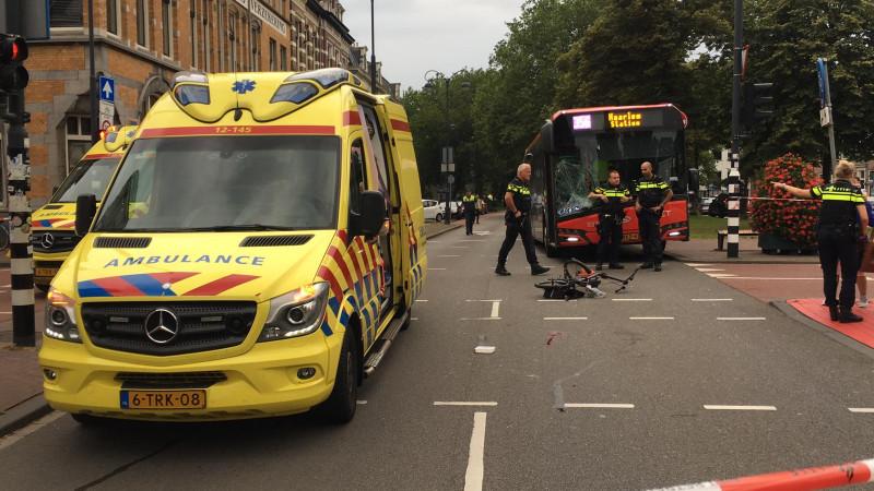 Fietsster gewond bij botsing met bus in Haarlem.