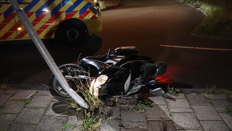 Twee gewonden bij eenzijdig scooterongeluk in Amsterdam.
