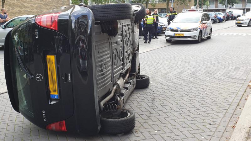 Auto slaat om na botsing in Zaandamse woonwijk.