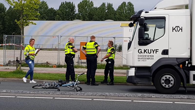 Fietser gewond bij aanrijding met vrachtwagen in Uithoorn.