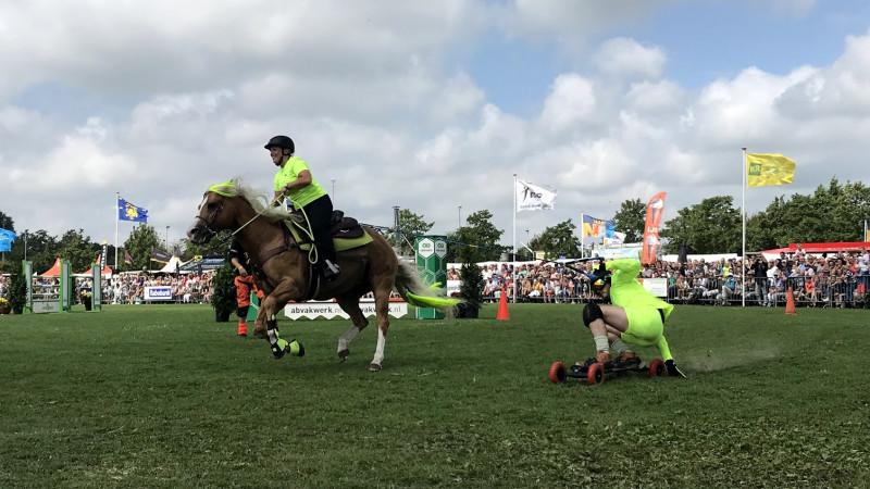 """Horseboarden steelt de show bij Landbouwshow Opmeer: """"We halen zo'n vijftig kilometer per uur"""""""