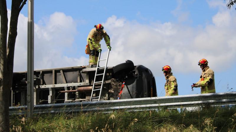 Vrachtwagen gekanteld op A7 richting Hoorn: rijstrook dicht.