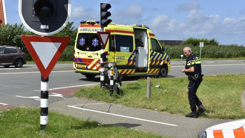 Scooterrijder gewond bij aanrijding op enige Texelse kruispunt met verkeerslichten.