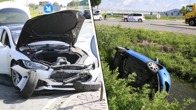 Auto belandt in sloot na botsing met Tesla in Andijk.