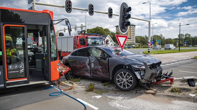 Aanrijding tussen lijnbus en peperdure auto: geen gewonden maar flinke schade.