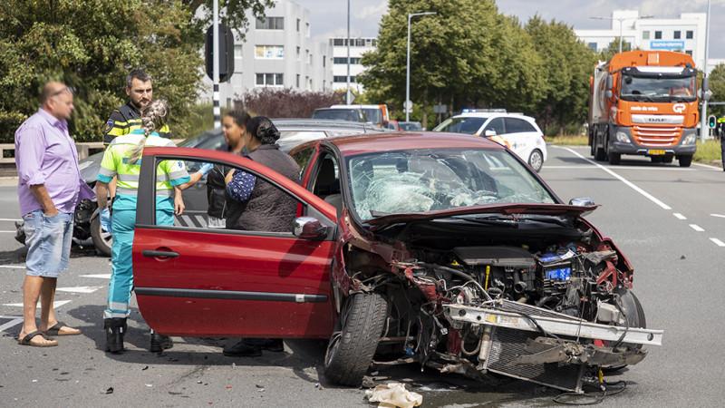 Twee autos total loss bij frontale aanrijding in Hoofddorp.