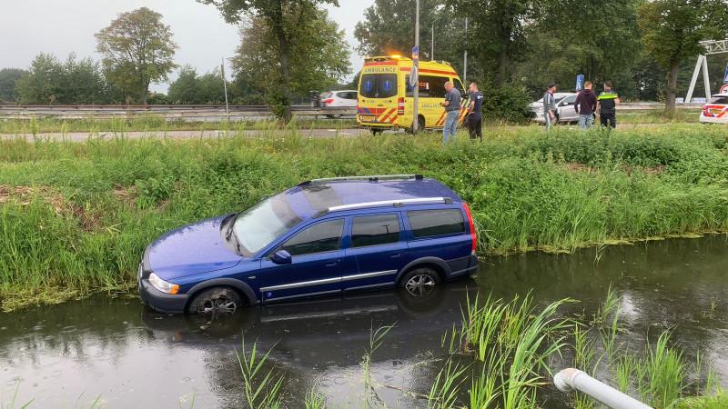 Auto belandt in sloot na kopstaartbotsing in Velserbroek.