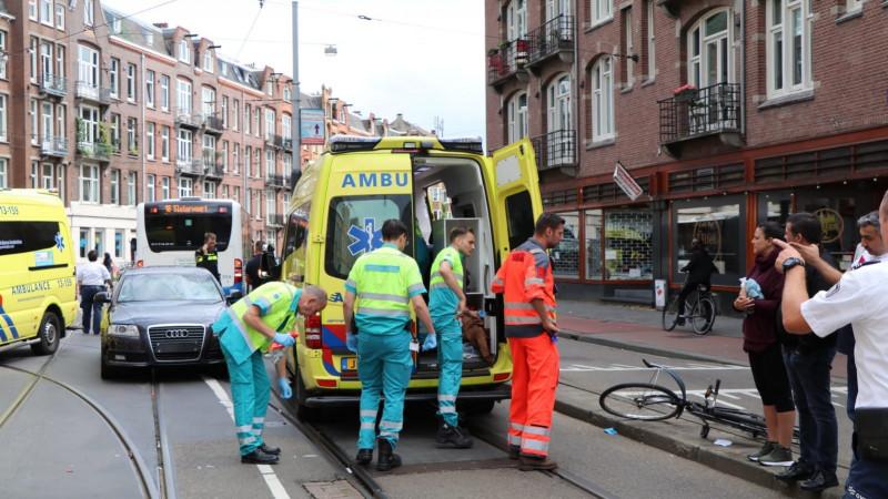 Fietser zwaargewond bij aanrijding met auto in Amsterdam.