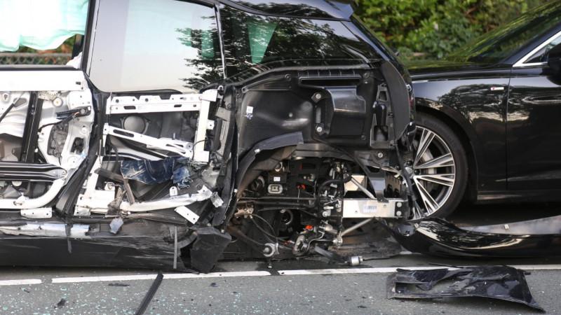 Veel schade door botsing met drie autos bij werkzaamheden in Blaricum.
