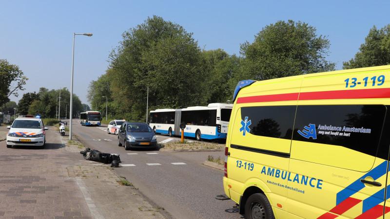Scooterrijder gewond bij botsing in Amsterdam-Noord.
