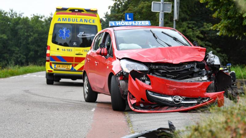Veel schade na ongeluk met lesauto in Kortenhoef.