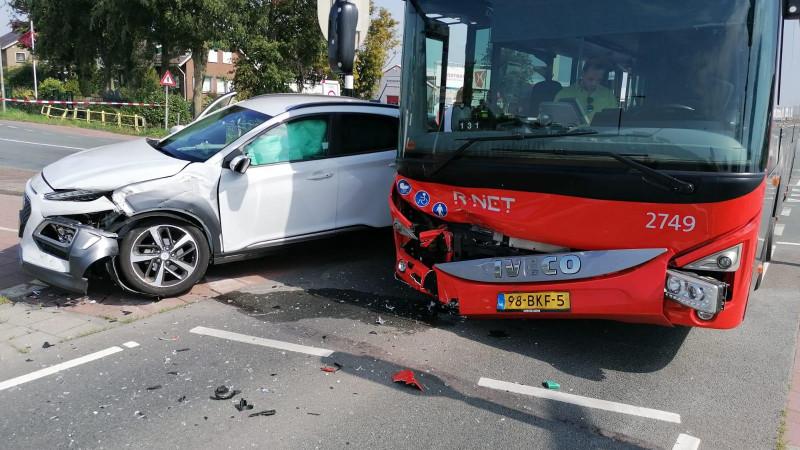 Auto en lijnbus zwaar beschadigd na botsing in De Kwakel.