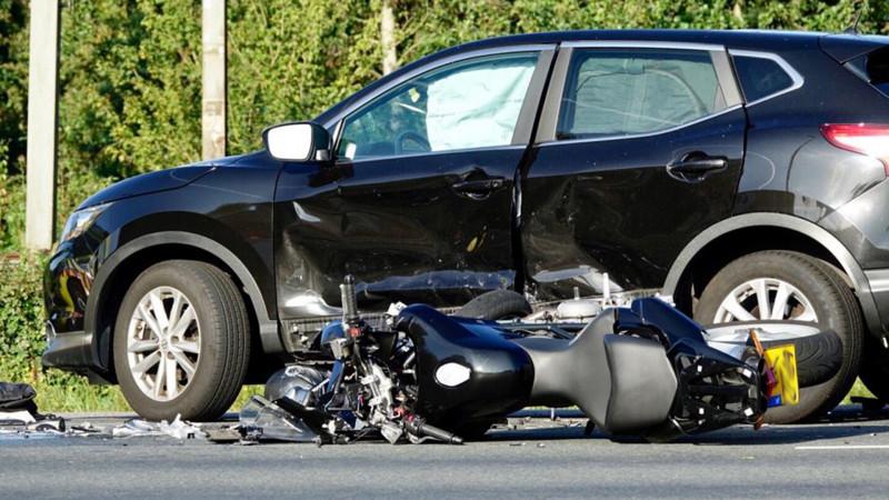 Motorrijder zwaargewond bij botsing in Zaandijk.