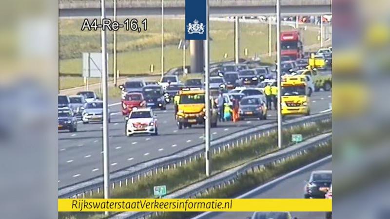Uur vertraging op A4 na ongeluk met meerdere autos en motor bij Nieuw-Vennep.