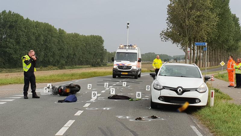Scooterrijder zwaargewond na botsing met auto in Middenmeer.
