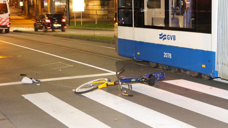 Fietser gewond na aanrijding met tram in Amsterdam.