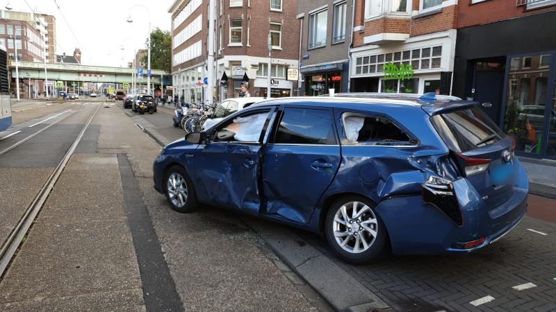 Gewonde bij botsing tussen bus en taxi in Amsterdam.