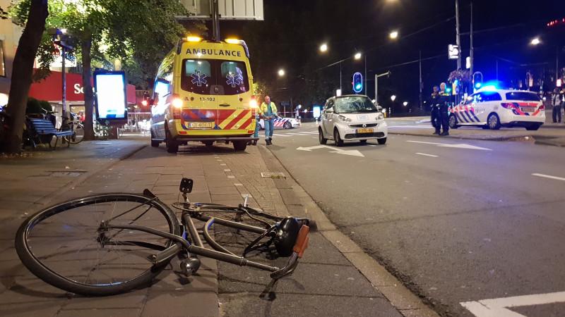 Fietser zwaargewond na aanrijding met auto in Amsterdam.