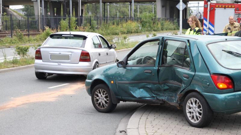 Grote ravage bij botsing in Zaandam, bestuurder gewond naar ziekenhuis.