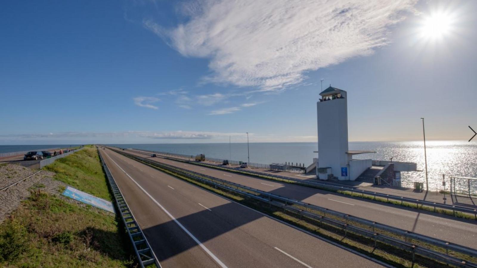 Ongelukken zorgen voor ruim een uur vertraging op Afsluitdijk richting Friesland.