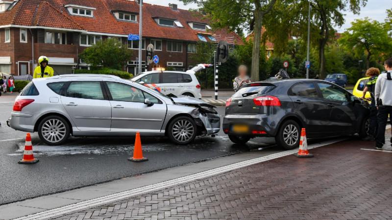 Grote schade na ongeluk met twee autos in Hilversum.