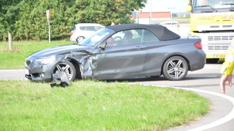 Brandweer bevrijdt automobilist uit zinkende auto na aanrijding.