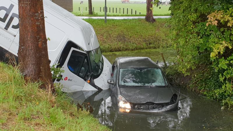 Automobiliste gewond uit sloot gehaald na botsing in Wijdewormer.