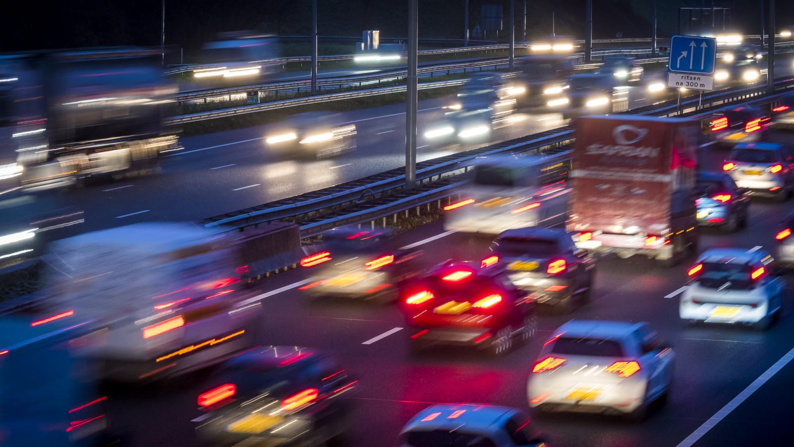 File op A58 richting Breda door ongeluk bij Tilburg.