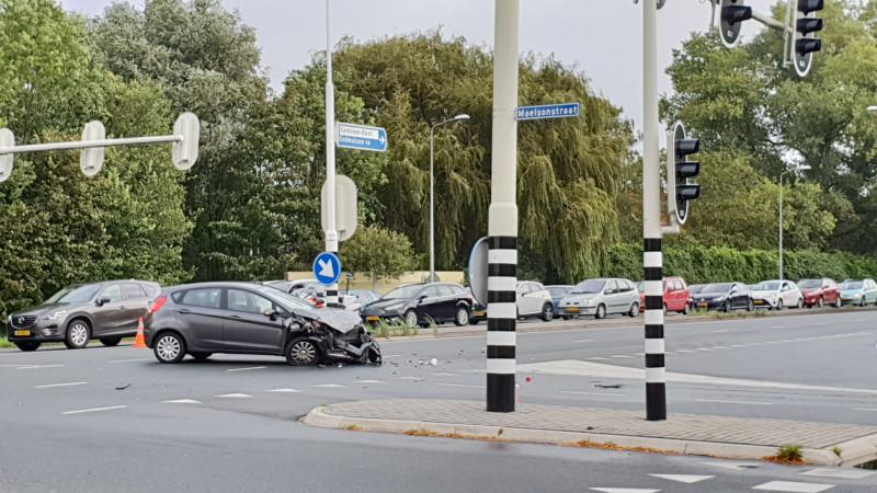 Gewonde en ravage bij botsing met twee autos in Hoorn.