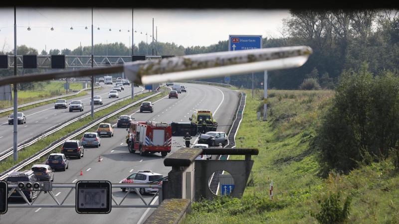 File door ongeluk op A9: auto ligt op zijn kant.