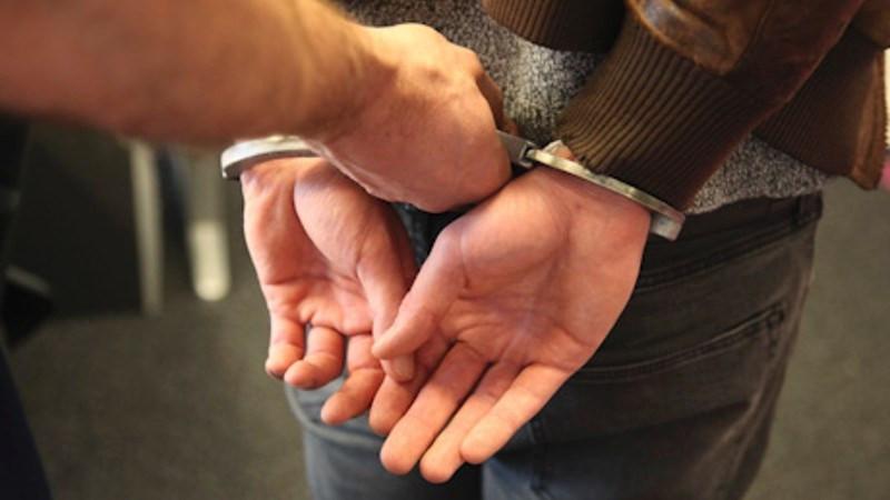 Man helpt bij aanhouding scooterdief, maar wordt aangereden door politieauto.