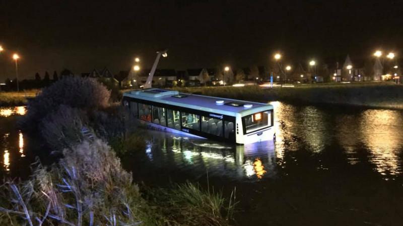 Bus in het water