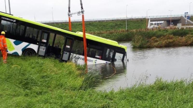 Bus Zwaag wordt uit water gehaald