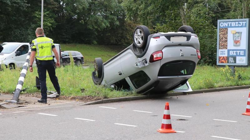 Auto over de kop na eenzijdig ongeval in Amstelveen.