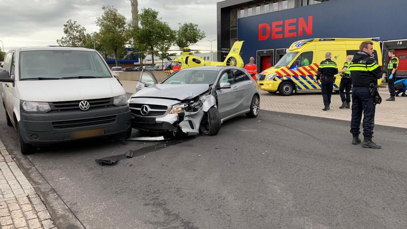 Zwaargewonde bij botsing tussen auto en bestelbus op bedrijventerrein Hoorn.