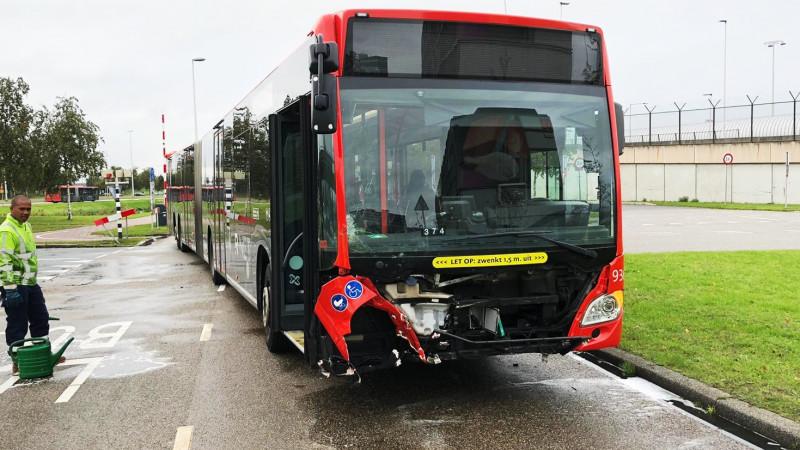 Harde botsing tussen lijnbus en auto bij Schiphol: Bestuurder bevrijd door brandweer.