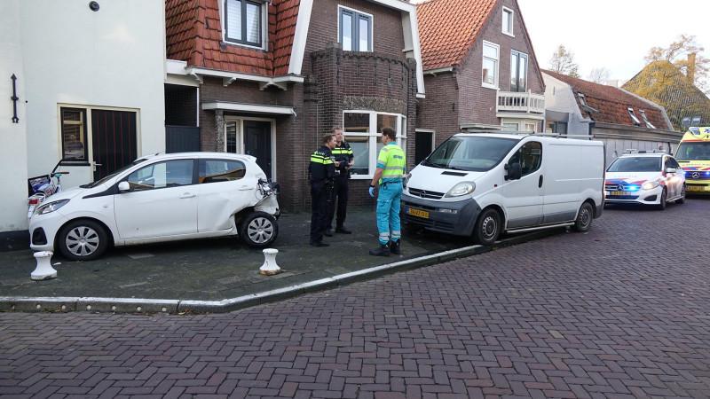 Auto schiet door over wegversmalling in Enkhuizen na aanrijding met een bus.