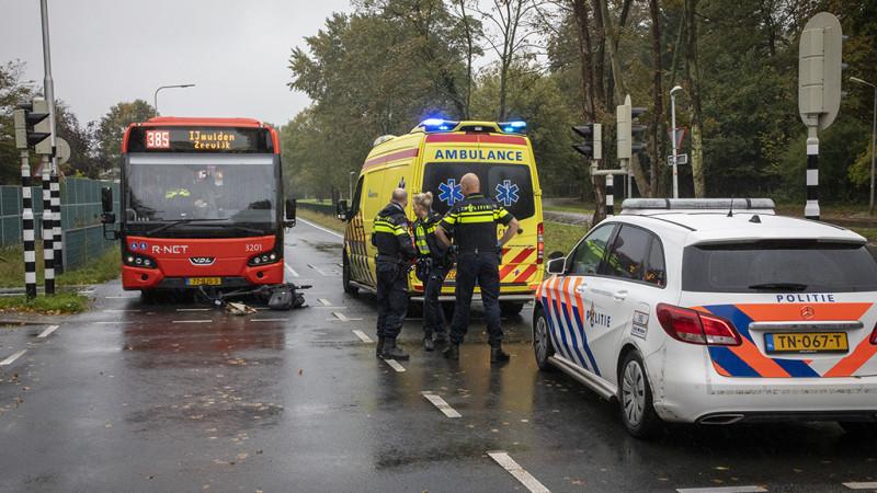 Fietser gewond na botsing met lijnbus in Driehuis.