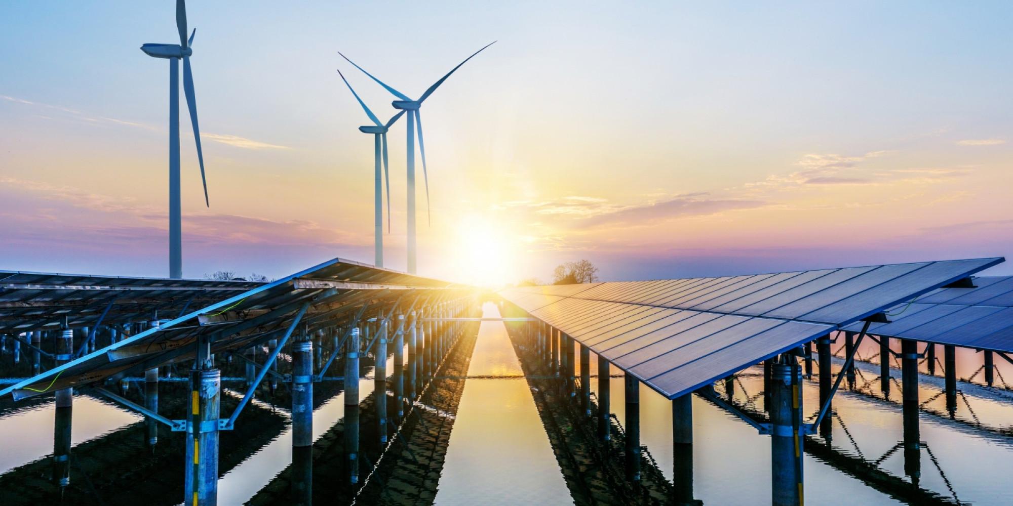 Windmolens en zonnepanelen stock