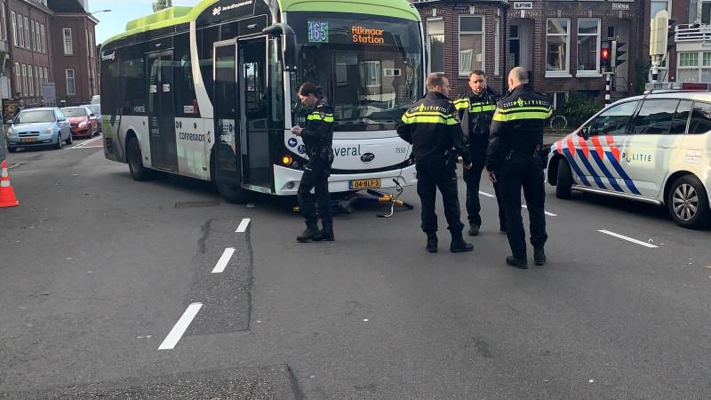 Fietser gewond bij aanrijding met bus op kruispunt Alkmaar.