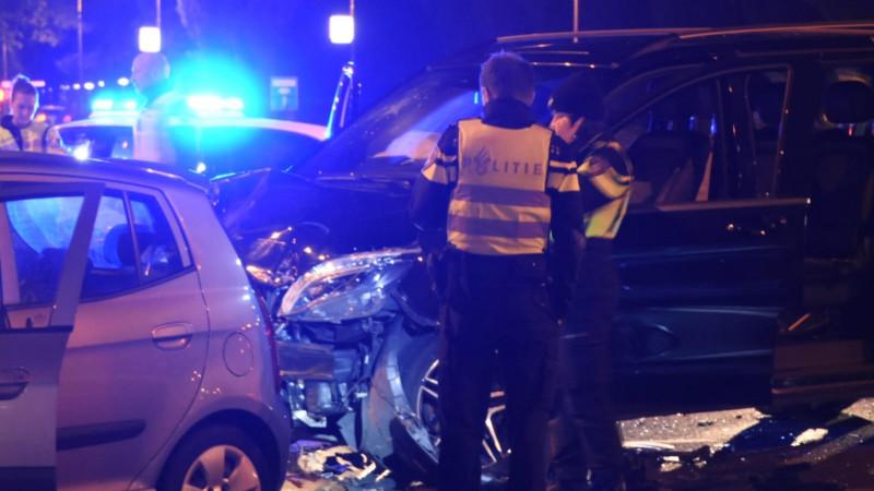 Een gewonde bij botsing tussen twee autos op Oranjebaan in Amstelveen.