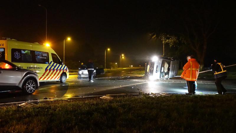 Twee gewonden bij frontale botsing huurbus en personenauto in Egmond-Binnen.