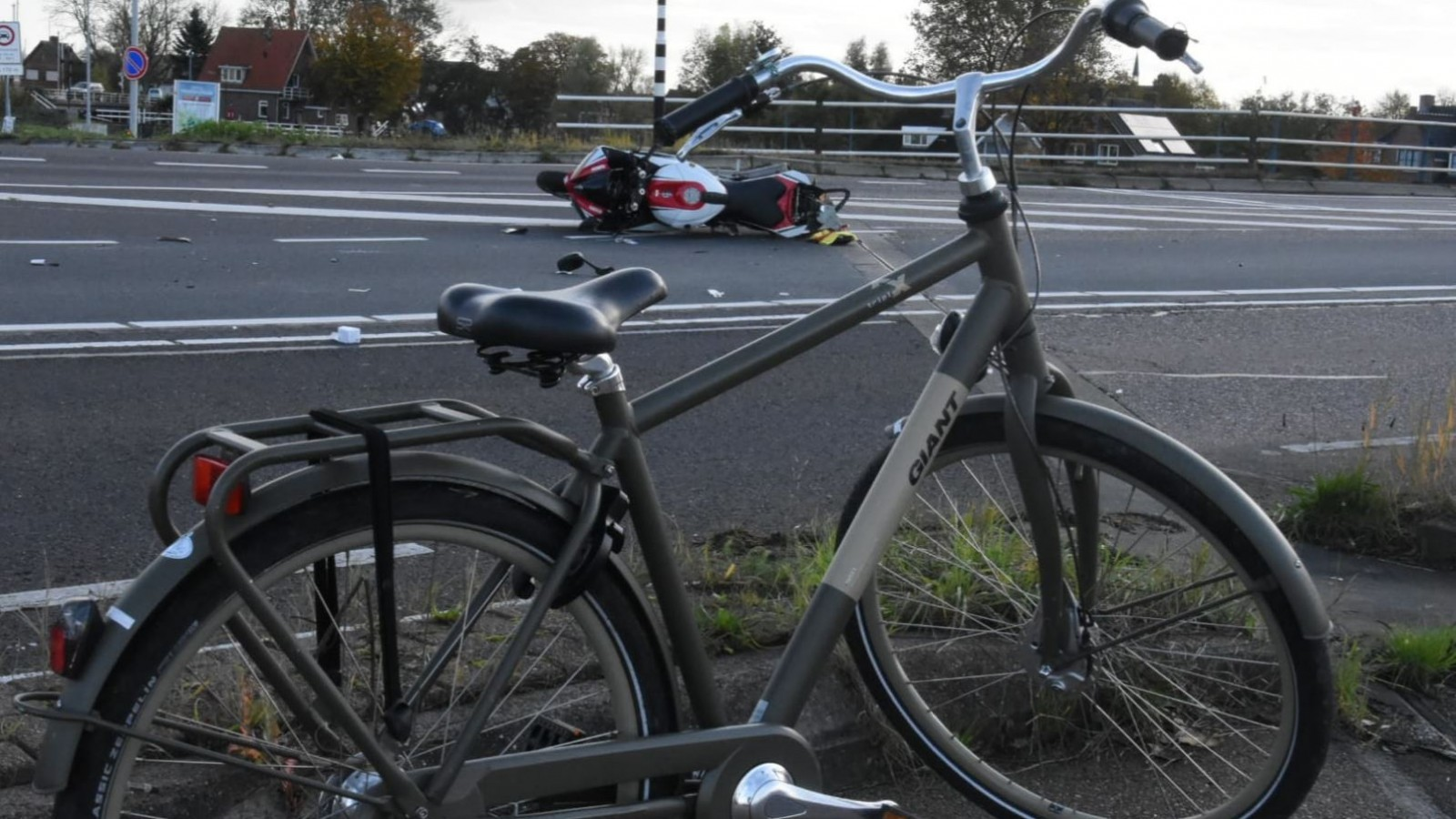 Twee gewonden bij ongeluk met motor en fiets: weg is dicht.