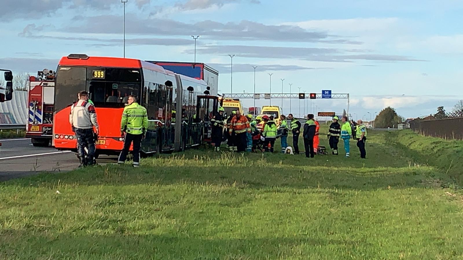 A5 naar Haarlem afgesloten na aanrijding bus en vrachtwagen.