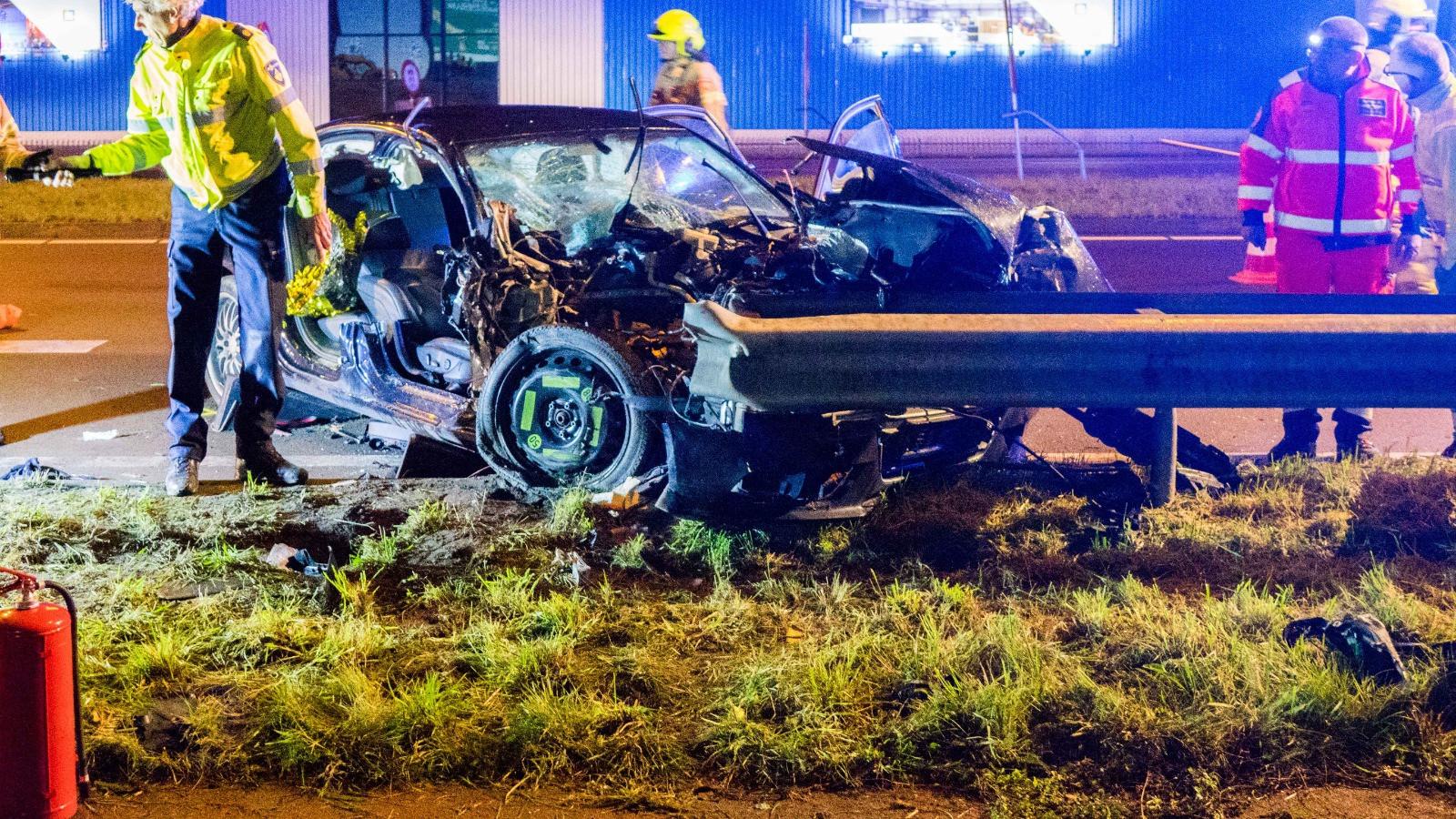 Grote ravage bij ongeluk op N242 in Alkmaar.