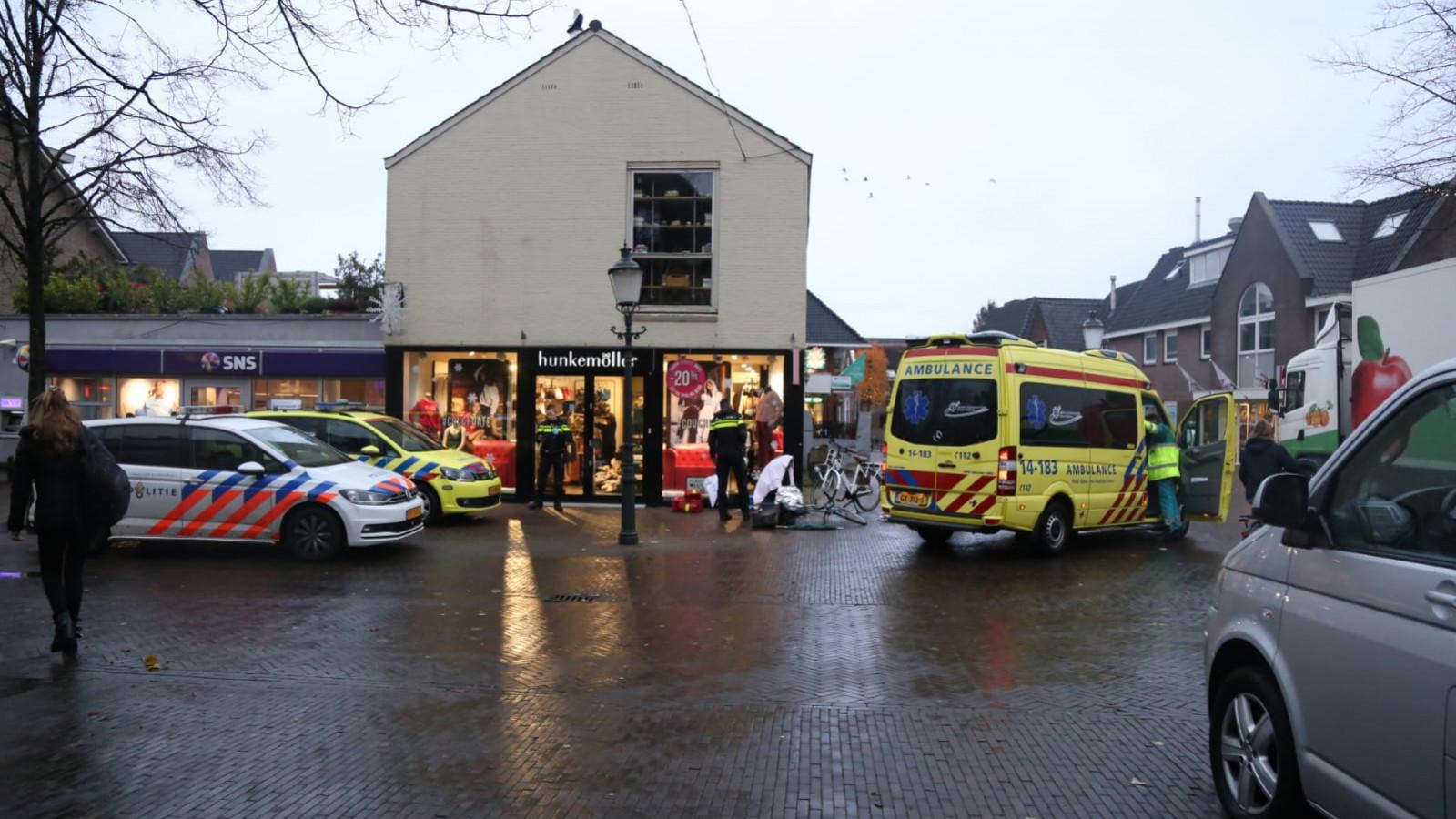 Twee fietsers naar het ziekenhuis na botsing in Huizen.