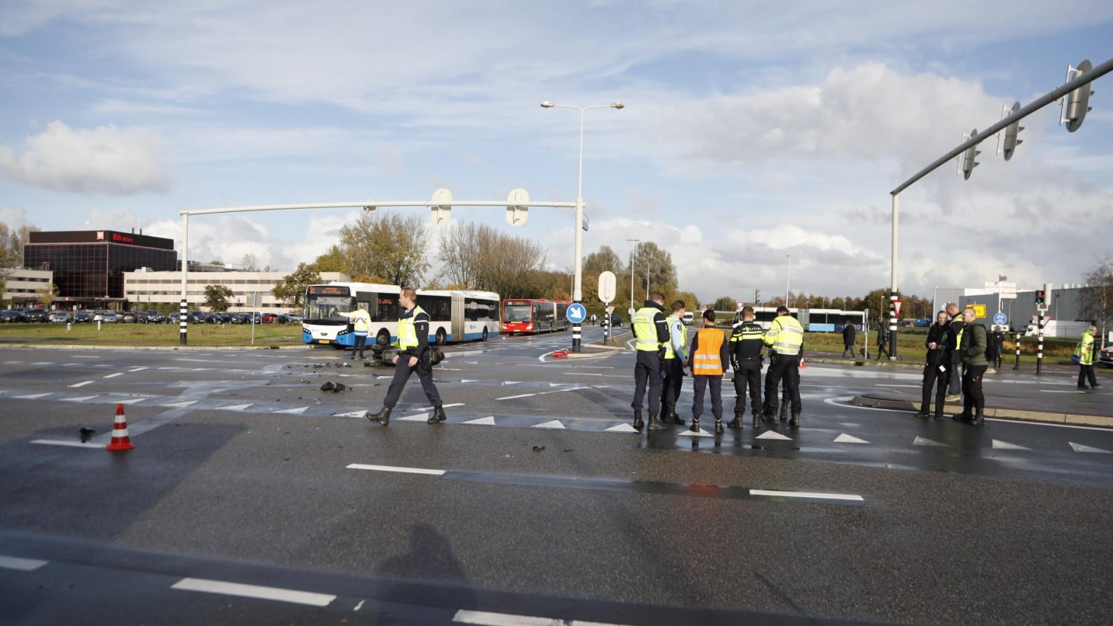 Motorrijder zwaargewond na botsing met lijnbus in Badhoevedorp.