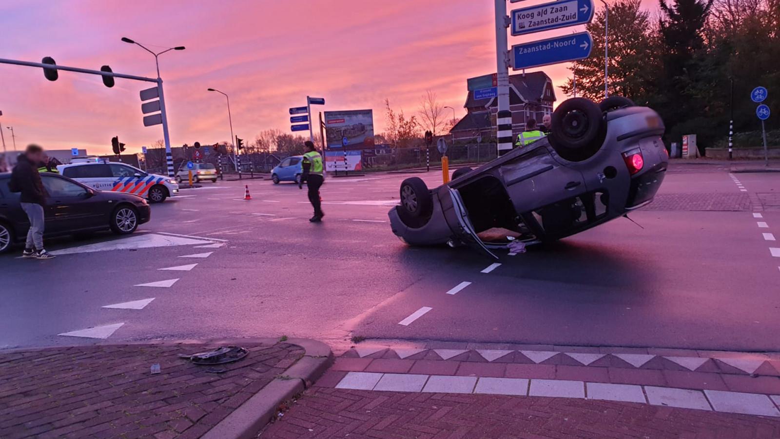 Auto belandt op de kop na ongeval Zaandam.