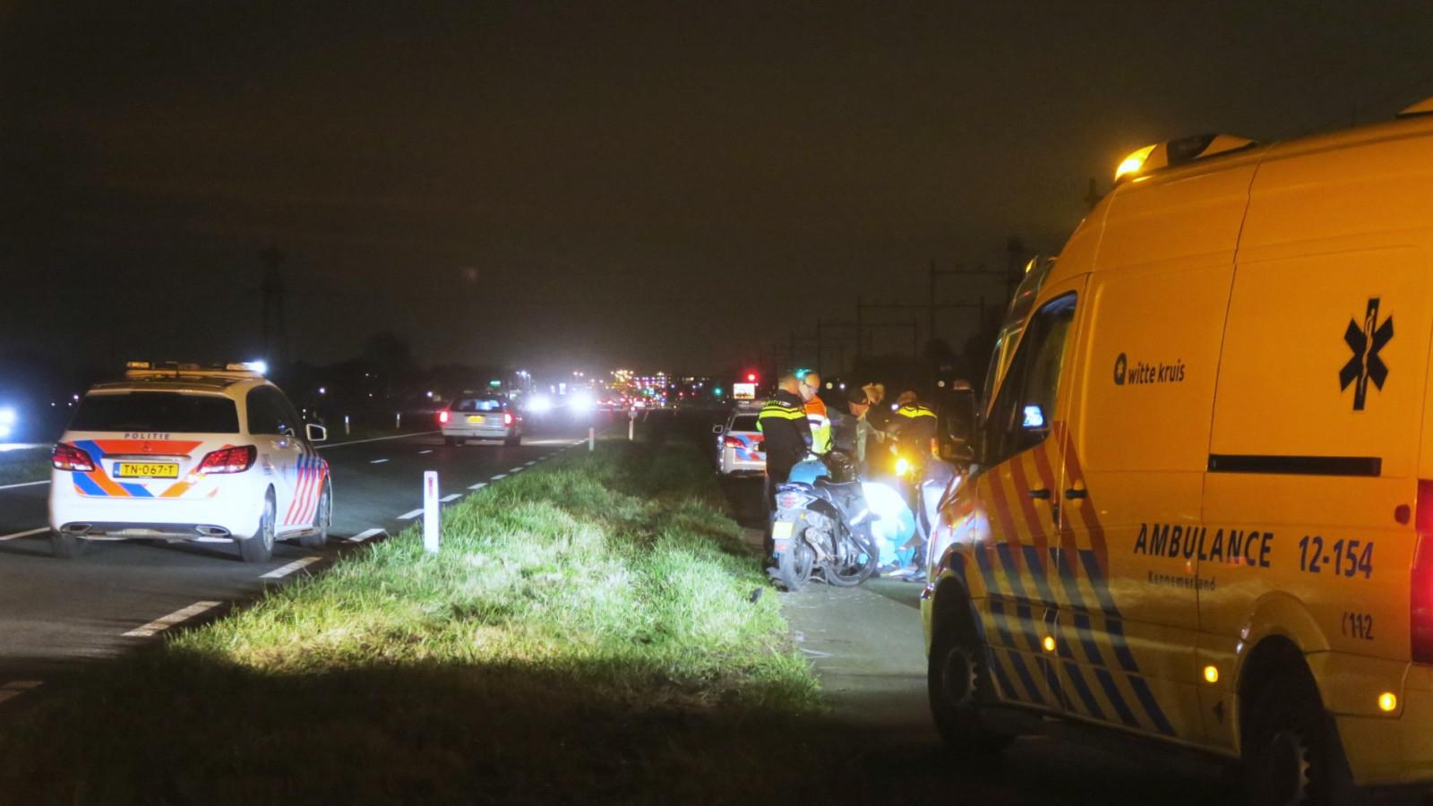 Wandelaar gewond bij aanrijding met scooter op dodenweg bij Uitgeest.